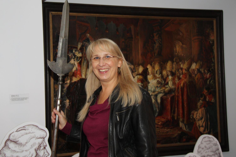 Dagmar Isabell Schmidbauer mit einer mittelalterlichen Prunkpartisane im Oberhaus